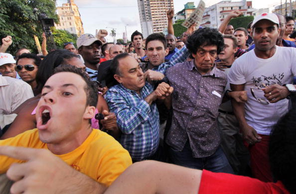 Cuban blogger Reinaldo Escobar (center) and other dissidents, being harrassed by pro-government supporters during a protest march, Havana, November 20, 2009