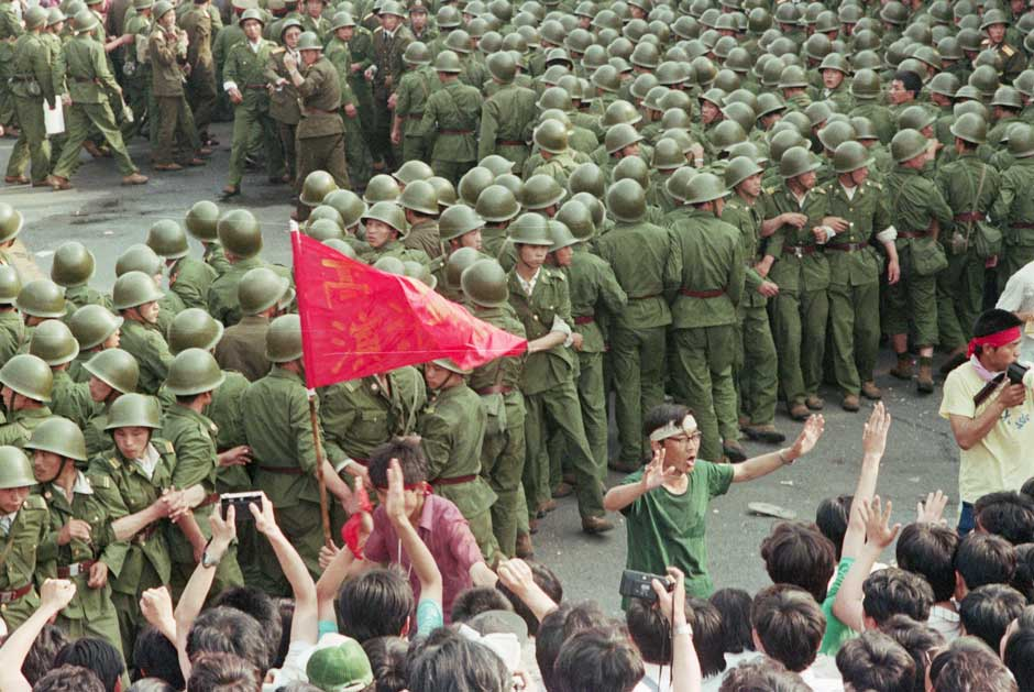 Soldiers and demonstrators at Tiananmen Square.jpg