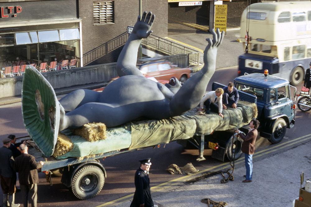 Nicholas Monro's King Kong being transported, Birmingham, England, 1972